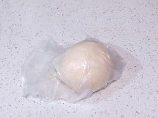 货真料足媲美必胜客的【海陆至尊披萨】,面团放进保鲜袋中,存放冰箱冷藏室发酵