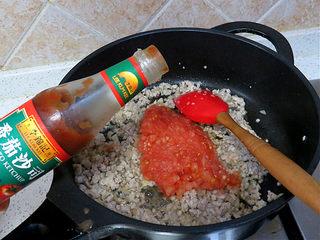 货真料足媲美必胜客的【海陆至尊披萨】,肉糜泛白以后放入番茄丁,番茄沙司大火翻炒