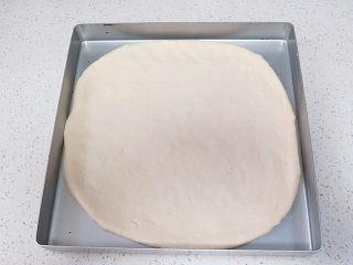 货真料足媲美必胜客的【海陆至尊披萨】,放入烤盘里