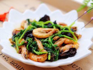 茼蒿海虾木耳小炒,茼蒿海虾木耳小炒就出锅了,盛到盘子里即可食用咯。