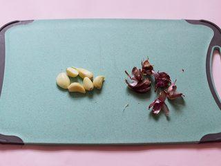 茼蒿海虾木耳小炒,紫皮大蒜去皮后用刀切碎。