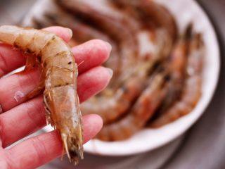 茼蒿海虾木耳小炒,把称重的海虾,用厨房剪子去虾肠和虾须后,用清水冲洗干净。