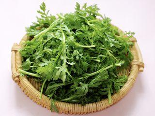 茼蒿海虾木耳小炒,茼蒿摘去根部和老叶后清洗干净。