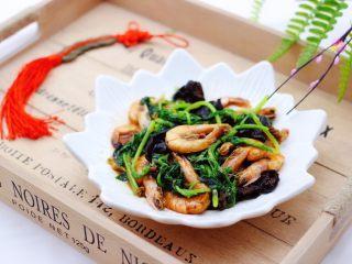 茼蒿海虾木耳小炒,宝贝今天多吃了一碗米饭。