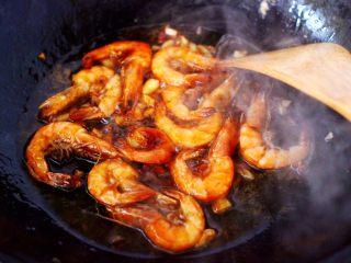 茼蒿海虾木耳小炒,大火翻炒至海虾和所有调料混合均匀。