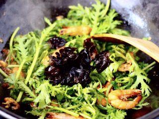 茼蒿海虾木耳小炒,翻炒至茼蒿变色时加入木耳。
