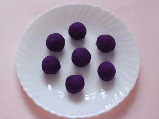 养肝抗衰老的水晶紫薯汤圆,把搅拌好的紫薯泥,用手滚成圆球备用。