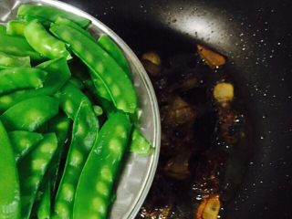 #猪五花#腊味爆荷兰豆,倒入荷兰豆