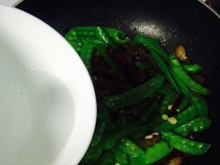 #猪五花#腊味爆荷兰豆,沿着锅边淋入少许热水