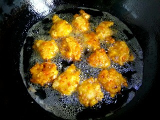 白萝卜胡萝卜素丸子,待丸子炸至金黄,完全变鼓,控油捞出即可
