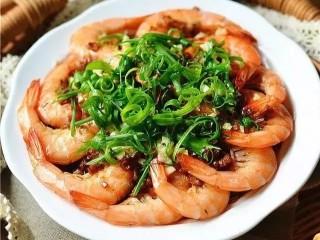 蒜蓉粉丝蒸虾,一勺油烧热,趁热浇在香葱和蒜末上即可。