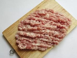 鹌鹑蛋狮子头,将七分瘦三分肥的猪肉,细切粗斩,大小要如米粒,千万不要剁太细