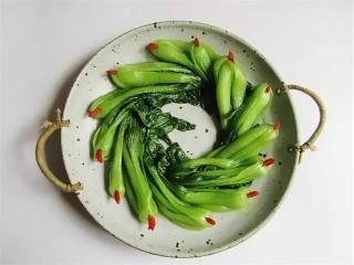 鹌鹑蛋狮子头,油菜在盘子里摆成一圈,并用枸杞点缀,大家油菜最好选根部胖一点的,我这个太瘦了,凑合一下