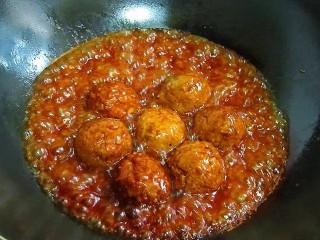 鹌鹑蛋狮子头,将锅中的油盛出后,放入丸子,加入高汤或水、老抽、姜、葱,烧沸后改微火烧1小时以上,熟透后把丸子捞出装盘待用