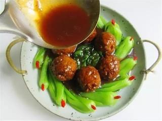 鹌鹑蛋狮子头,锅中将剩下汤汁加入蚝油、淀粉水勾芡后淋入盘中