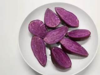 紫薯芝士卷,紫薯洗净切开,上锅蒸熟