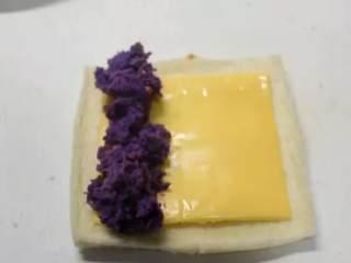 紫薯芝士卷, 放上紫薯泥,卷起来