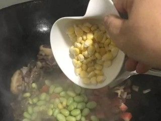 手抓羊肉饭,加入玉米粒