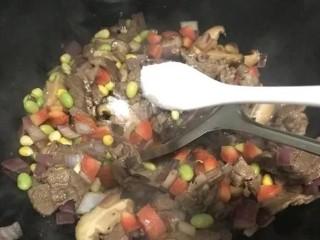 手抓羊肉饭,加盐调味。