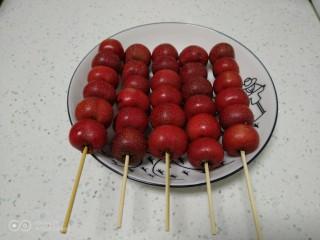 冰糖葫芦,冰糖葫芦用竹签穿成串。