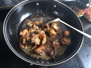 红烧猪蹄,翻炒均匀后倒入一大碗清水。大火煮沸后转中小火炖煮。