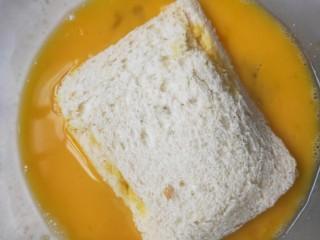 十分钟就能做好的早餐-----减肥又好吃的香蕉牛奶煎土司,两边均匀沾上鸡蛋液