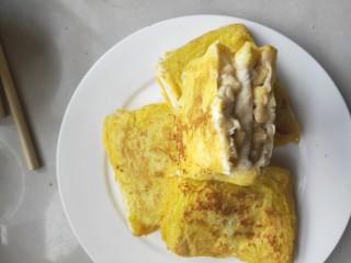 十分钟就能做好的早餐-----减肥又好吃的香蕉牛奶煎土司,锅内倒入少量油,弄好的土司放入锅内,煎至两面金黄即可