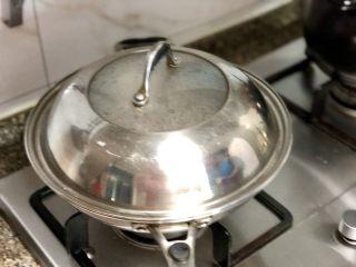 #猪年#酸酸甜甜就是我➕家常糖醋小排,加盖小火炖煮20到30分钟,根据自己喜欢的口感来调整时间,喜欢排骨更软烂的可以适当延长时间