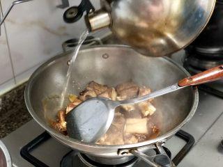 #猪年#酸酸甜甜就是我➕家常糖醋小排,然后加入适量热水,水不用太多,基本没过排骨即可