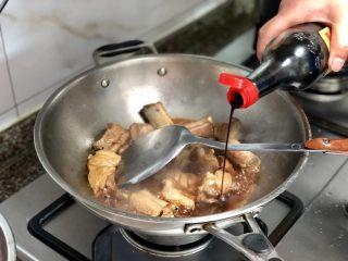#猪年#酸酸甜甜就是我➕家常糖醋小排,加入三勺陈醋,需要放两次醋,收汁时再放一次,翻炒均匀