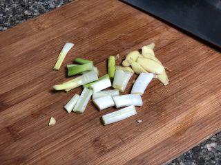#猪年#酸酸甜甜就是我➕家常糖醋小排,姜一小块洗净切片,葱白切小段,葱绿切末