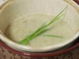 灌汤小笼包,撇去浮沫,直到基本没有浮沫为止;