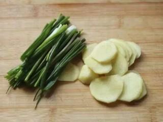 灌汤小笼包,葱洗净切段,生姜去皮切片,放入料理机加180g水,搅打;