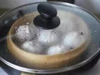 灌汤小笼包,锅内加水煮开,将包好的包子放入;蒸煮6分钟即可;