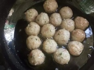 红烧糯米丸子, 油锅里放入适量的油,烧热到8成开放入丸子,用筷子来回翻动防止糊底。