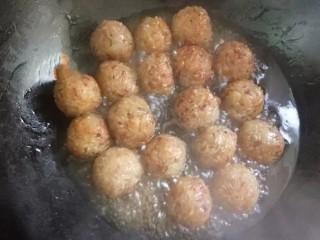 红烧糯米丸子,将炸好的糯米丸子倒入芡汁的锅中小火煮10分钟,盛盘。