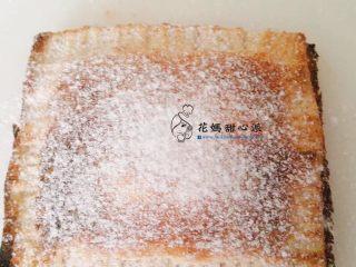 爆漿年糕吐司盒,放入一般家用小烤箱烤到外酥內融化即可 約5分鐘就可以了!拿出撒上糖粉完成