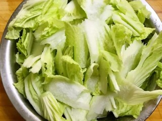 开胃辣白菜,切好之后放入盆中,撒入4到5勺精盐,拌匀后腌制5—6个小时(我这个是懒人的做法,如果白菜不切片的话需要腌制8—10个小时)