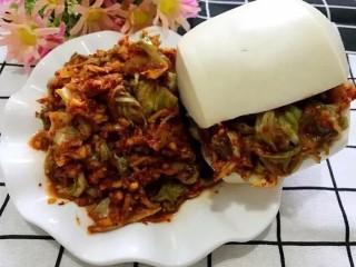开胃辣白菜,喜欢吃馒头的可以把馒头从中间切开,夹入辣白菜就可以美美的开吃了。这个方法比较简单在家都能做的,腌12个小时就能吃,快动手试试吧~