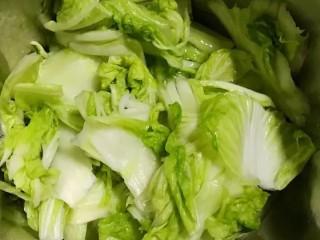 开胃辣白菜,把腌制好的白菜用清水清洗干净,挤干水份