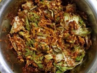 开胃辣白菜,放入调制好的浆料中搅拌均匀,搅拌均匀后在腌制12小时就可以开吃了