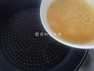 如意鸡胸肉蛋卷,锅里放适量油,烧热后,把打散的鸡蛋倒入