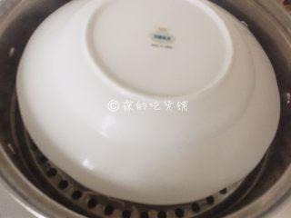如意鸡胸肉蛋卷,卷好后放入盘中,入锅蒸熟,约25分钟左右,建议上面盖个盘子,防止水蒸汽滴入。