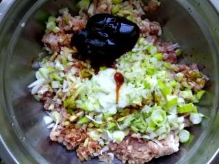 #猪五花#  白菜猪肉锅贴,五花肉绞成肉馅,肉馅中放入葱姜,两勺蚝油,两勺生抽,适量盐,适量香油,搅拌均匀