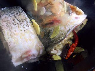 鱼头泡饼,放入葱姜辣椒,八角桂皮香叶爆香