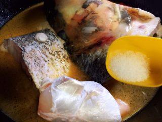 鱼头泡饼,放盐,大火烧开转中火炖煮