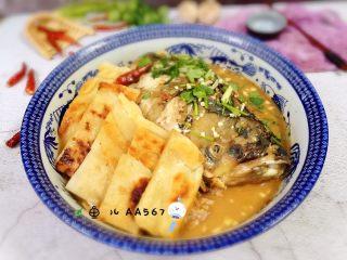 鱼头泡饼,将鱼头盛出,将饼泡入鱼汤中,味道真的很鲜美哦!