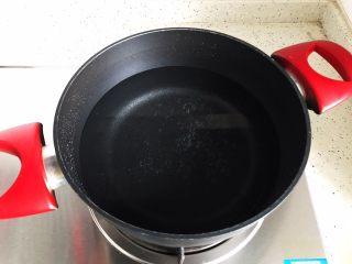 芹菜拌木耳,锅内煮适量清水