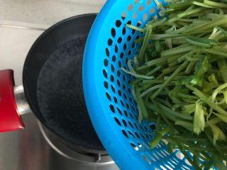 芹菜拌木耳,下芹菜