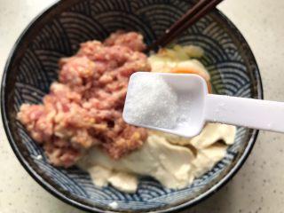 肉糜豆腐炖鸡蛋,加一小勺细盐